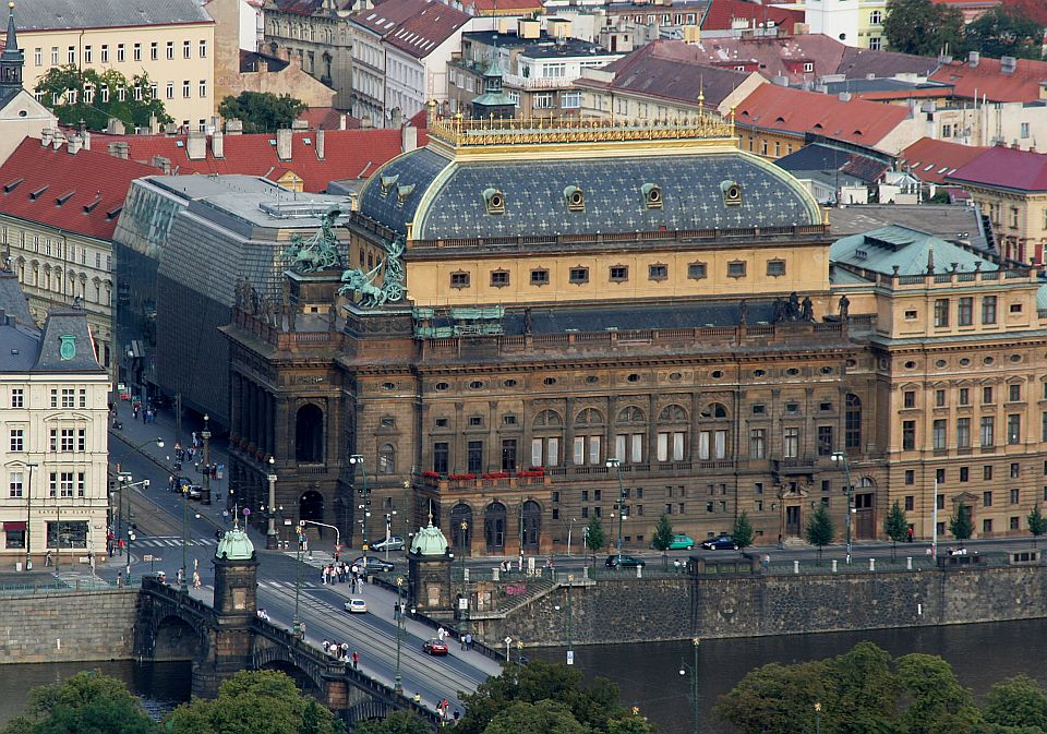 Praha_Narodni_divadlo-commons-wikimedia