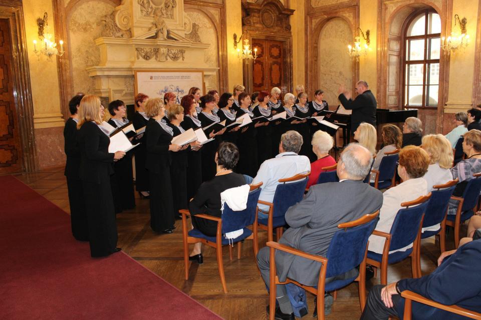 Ženský sbor Českého spolku zpíval v Praze českým krajanům